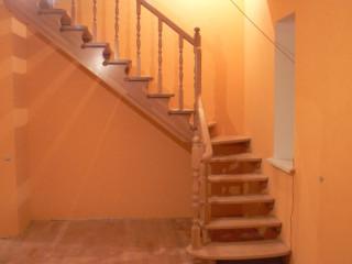 Лестница на второй этаж из дерева с поворотом на 90 градусов