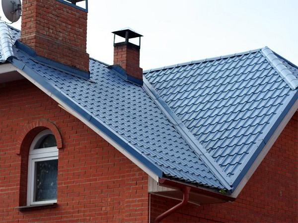 Кровля для крыши дачного дома из металлочерепицы