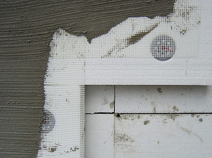 Укладываем армированную сетку и замазываем клеем