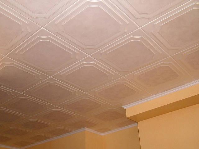 Ремонт потолка - укладка плитки из пенополистирола