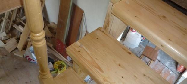 Перила и балясины для деревянной лестницы на второй этаж с поворотом на 90 градусов