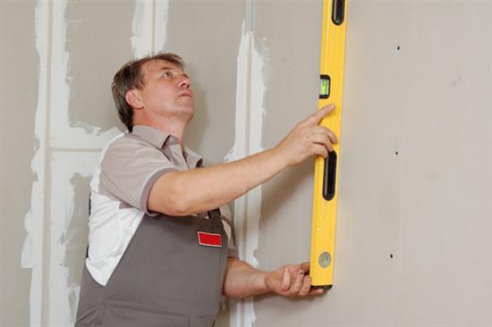 Проверка неровности стен в квартире